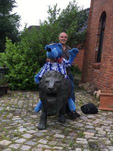 Käpt'n Blaubär beim Einzug in die Mühle